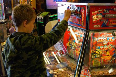 Gioco d'azzardo: attenzione ai minori e al 'ticket redemption'